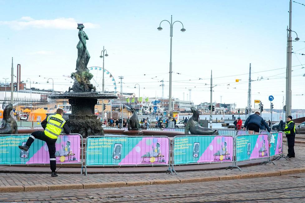Satunnainen uimari kiipesi Mantan patsasta ympäröivien aitojen yli ja sai peräänsä vartijan.