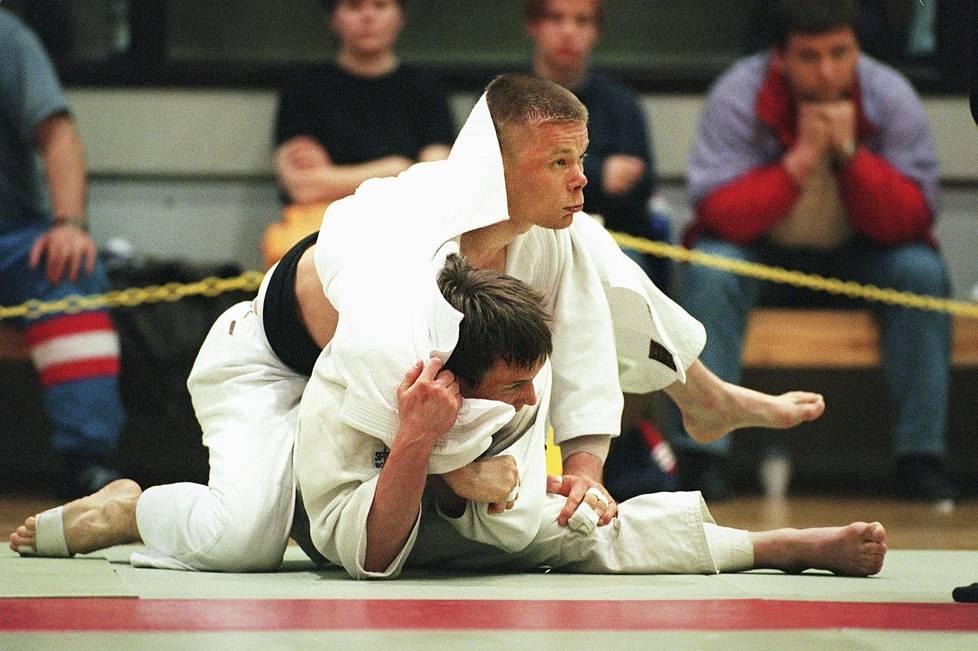 Vaikka nuoret ja parajudokat ovat tahkonneet judon arvokisamitaleja, viimeisestä yleisen sarjan arvokisamitalista on lähes 30 vuotta. Sen toi Jorma Korhonen vuonna 1993. Kuvassa hän ottelee SM-kullasta Mika Mäkelän (alla) kanssa vuonna 1998.