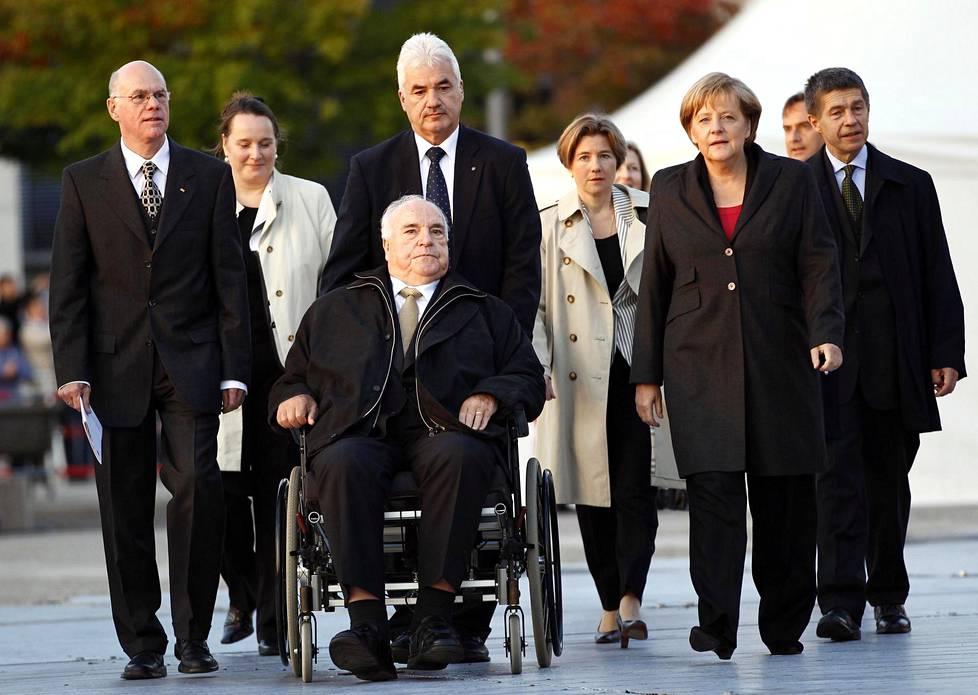 Helmut Kohl saapui pyörätuolissa juhlistamaan Saksojen yhdistymisen 20-vuotispäivää 3. lokakuuta 2010 Berliinissä. Häntä saattoivat muun muassa hänen vaimonsa Maike Richter ja liittokansleri Angela Merkel.