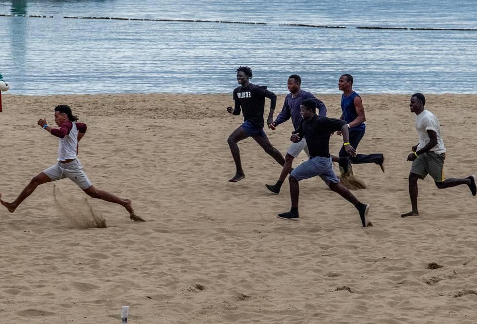 Malilaiset miehet pelasivat jalkapalloa Puerto Ricon hiekkarannalla Gran Canarian saarella.