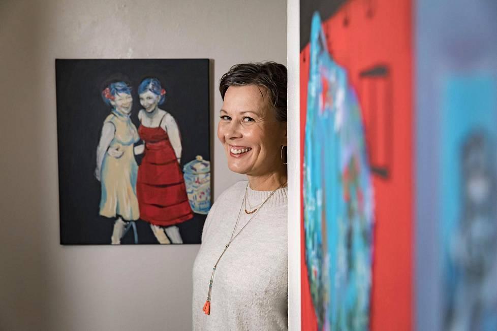 Krista Launonen on tutkinut hymyä sekä parhaillaan avoinna olevassa näyttelyssään että vasta ilmestyneessä kirjassaan.