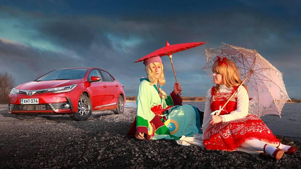 Toyota Corolla on japanilainen autoikoni, josta on 50 vuodessa tullut konservatiivinen perusauto. Aki Rauhala (vas.) ja Mira Rauhala harrastavat japanilaista kulttuuria.