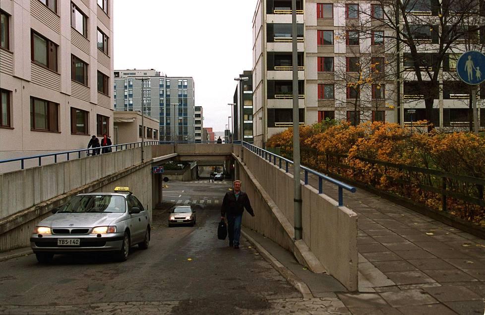 Itä-Pasilassa autotaso ja kävelytaso ovat erikseen. Kuva on syksyltä 1999.