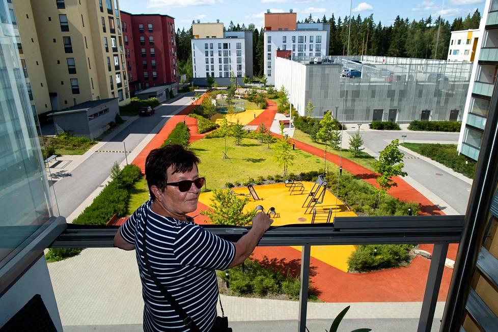 Riitta Rautomaan parvekkeelta Vantaan Leinelässä näkyy liikuntapiha, jota kiertää juoksurata. Rautomaa seurustelee naapureiden kanssa pihalla päivittäin.