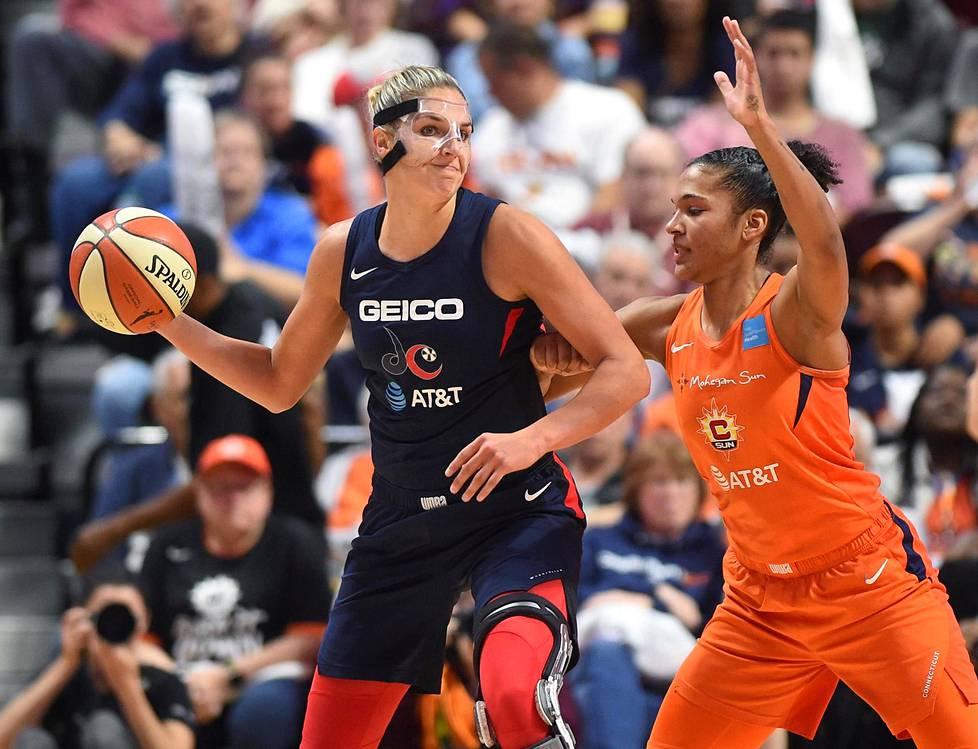Elena Delle Donne (vas.) johdatti Washington Mysticsin WNBA-mestariksi kaudella 2019. Kuva kolmannesta loppuottelusta, jossa Connecticut Sunin Alyssa Thomas yrittää pidätellä Delle Donnea.