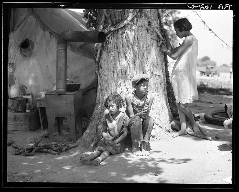Orvoksi jääneitä siirtotyöläisten lapsia kesäkuussa 1935.