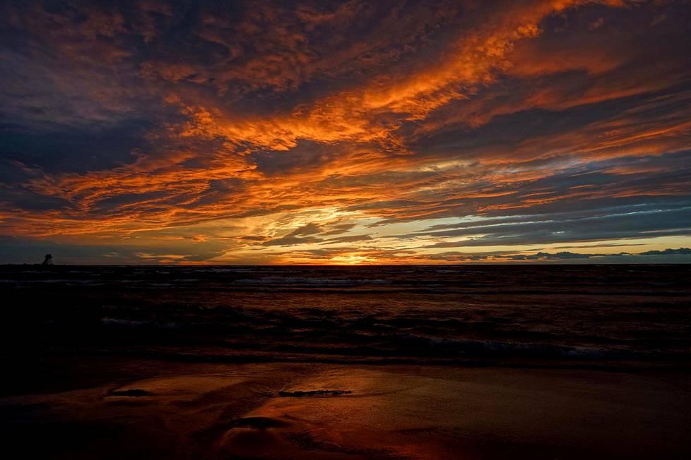 Taivas oli värikäs Kokkolan Ohtakarilla maanantai-iltana.