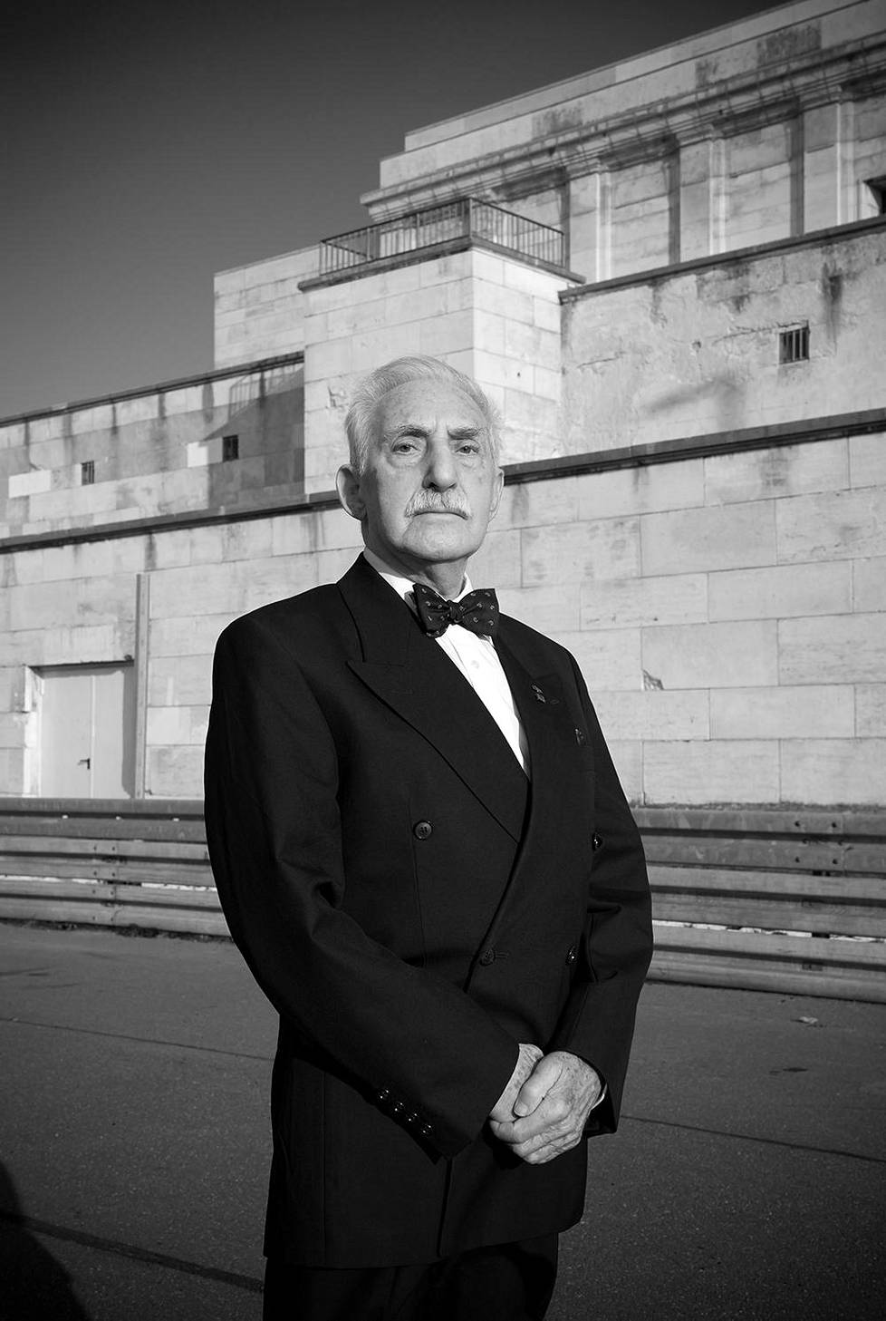 Leon Weintraubin takana on Albert Speerin suunnittelema mahtipontinen Zeppelintribüne, jonka parvekkeelta Hilter piti puheita natsien puoluekokouksissa Nürnbergissä.