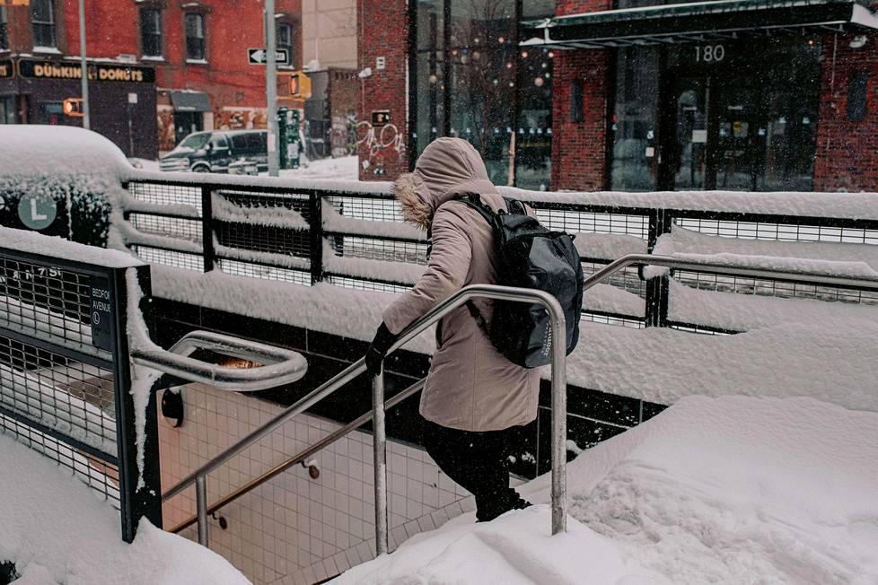 Metron sisäänkäynti on luminen Brooklynissä.