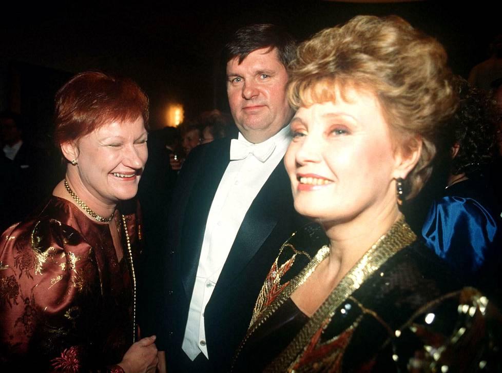 """Matti """"Fredi"""" Siitonen yhdessä kansanedustajavaimonsa Eva-Riitan kanssa itsenäisyyspäivän juhlissa Presidentinlinnassa vuonna 1989. Seurassa oli myös silloinen sosiaali- ja terveysministeri Tarja Halonen."""