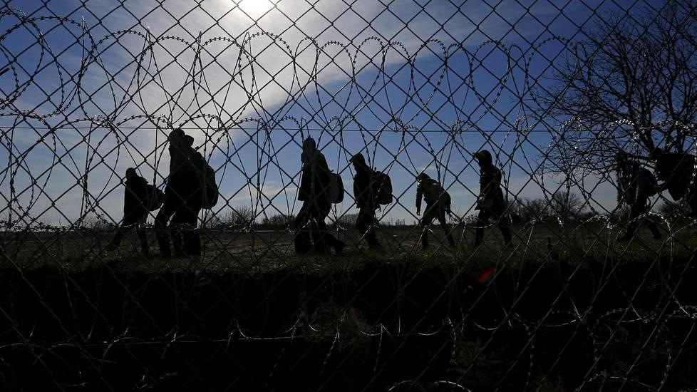 Pakolaisryhmä käveli helmikuussa pitkin Unkarin rajaa.