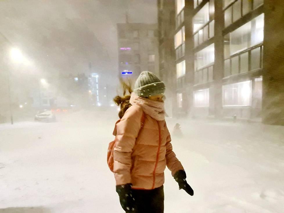 Lilia Karine sai aamulla lähteä kouluun Vuosaaren Aurinkolahdessa arktisissa olosuhteissa.
