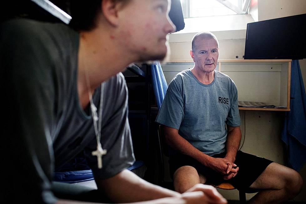 Sakkovangit Kiri Puumala (vas.) ja Petri Jokinen istuivat kahdeksan neliön yhteissellissään Helsingin vankilan osastolla 21.