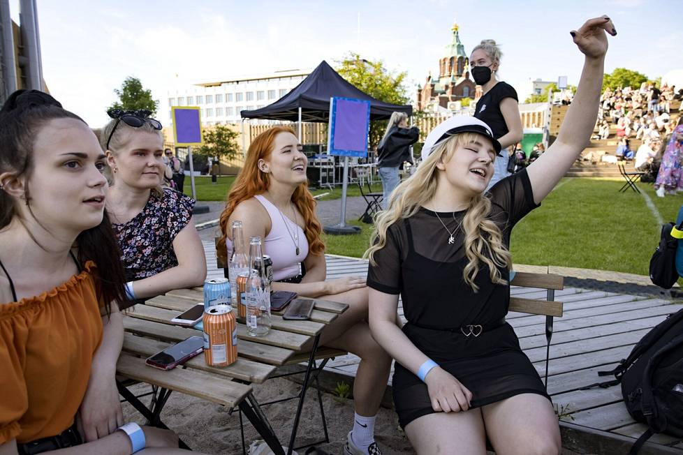 Keikkaa kuuntelemassa Kallion lukiosta kirjoittanut Saga Hankaniemi (oik) 19 ystäviensä Ronja Järvisen, Henna Järvimäen ja Jenna Jokirinnan kanssa.