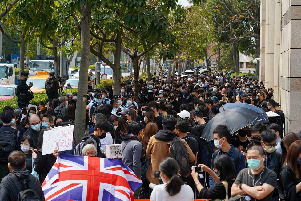 """Kutsumanimellä """"isoäiti Wong"""" tunnettu Alexandra Wong esitteli Hongkongin entisen emämaan Britannian lippua oikeustalon edessä Hongkongissa maanantaina."""