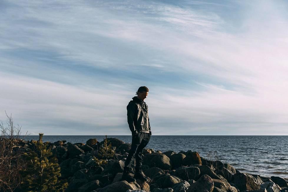 Sasu Ripatti kuvattuna Sunikarin maisemissa Hailuodossa maanantaina.