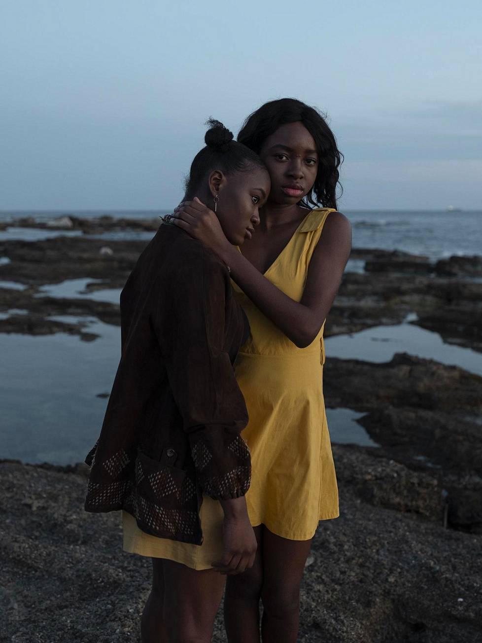 Alisa Martynova kuvasi maahanmuuttajia Italiassa. Kuvan Angel (oik.) ja Gaia ovat koulukavereita Livornosta. Molemmilla on nigerialainen tausta.