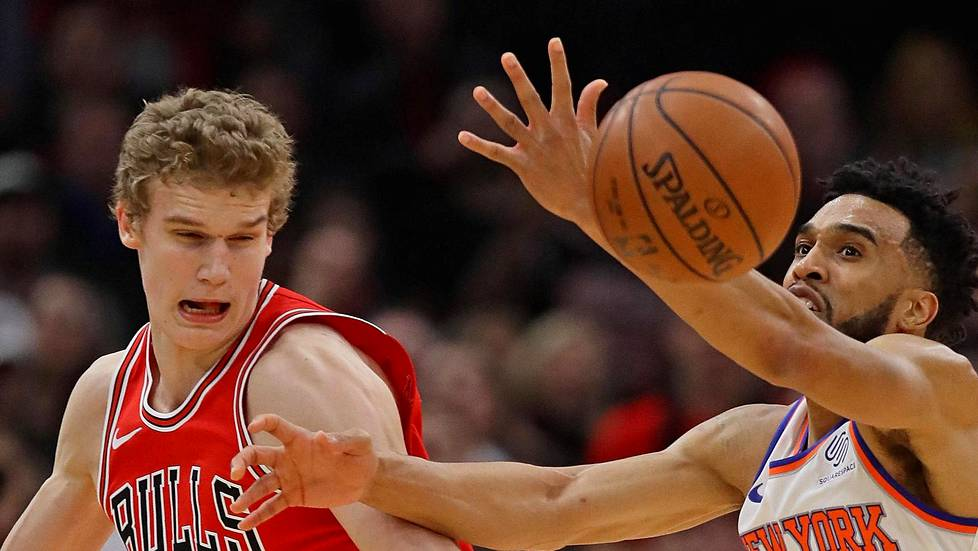 Chicago Bullsin Lauri Markkanen ahdisti pallon New York Knicksin Courtney Leeltä.