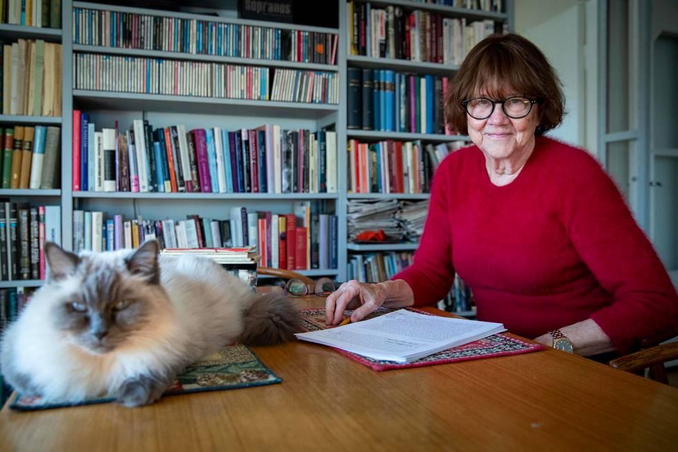Sosiologian emeritaprofessori Riitta Jallinoja ja Totti-kissa kotonaan Etelä-Helsingissä.