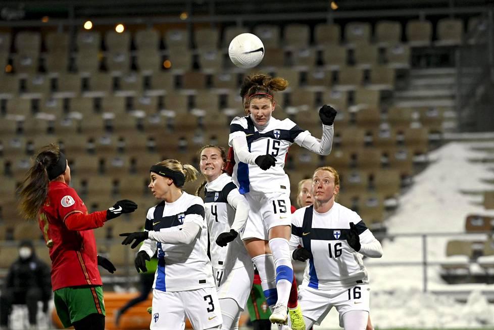 Suomen toppari Natalia Kuikka (kesk.) kurkotti korkeimmalle puskemaan palloa puolustusalueella Portugali-ottelussa. Toinen toppari Anna Westerlund (oik.) seurasi vierestä.