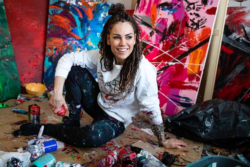 Eva Wahlström kuvattuna maaliskuussa työhuoneellaan Helsingissä.