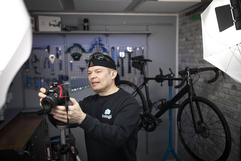 Risto Viitanen on remontoinut vanhaan navettaan itselleen pyörähuoltopajan ja videostudion.