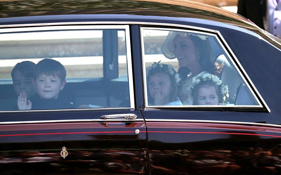 Cambridgen herttuatar Catherine ajoi paikalle lastensa kanssa. Kolmevuotias prinsessa Charlotte (oik.) toimi morsiusneitona.