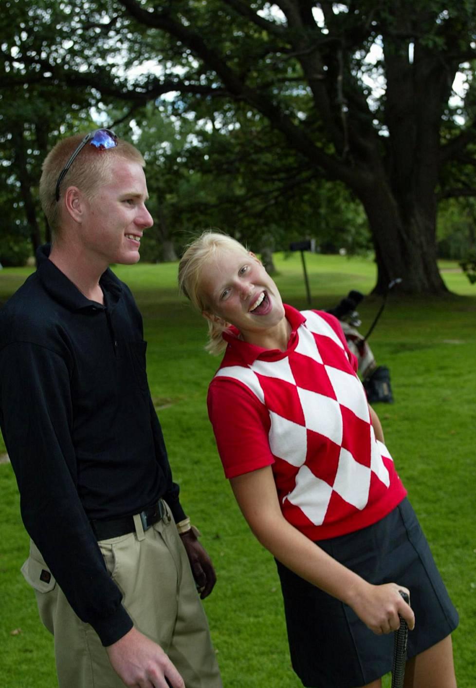 Nuoret golfaajat Roope Kakko ja Minea Blomqvist Talin golfkentällä elokuussa 2002. Myöhemmin heistä tuli aviopari.