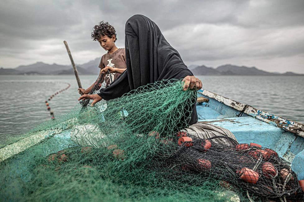 Jemeniläinen Fatima elättää itsensä ja yhdeksän lastaan kalastamalla. 1. palkinto ajankohtaisten aiheiden sarjassa.