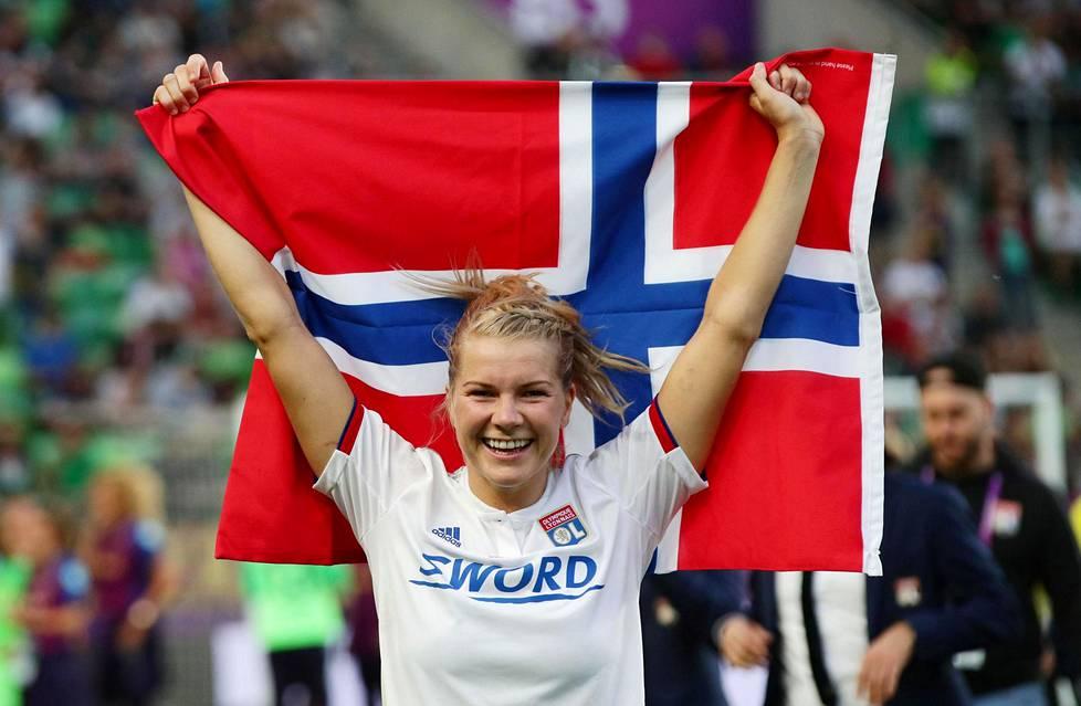Ada Hegerberg juhli Norjan lipun kanssa hänen joukkueensa Lyonin kukistettua Mestarien liigan finaalissa Barcelonan 4-1. Hegerberg teki ottelussa kolme maalia.