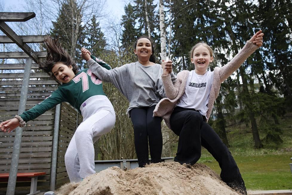 Helsingin Puotilassa asuvat Dalia Goran, Fatima Abdi ja Matilda Sylvia Sikl ovat leikkineet yhdessä pihalla lähes päivittäin sen jälkeen, kun koronarajoitukset astuivat voimaan.