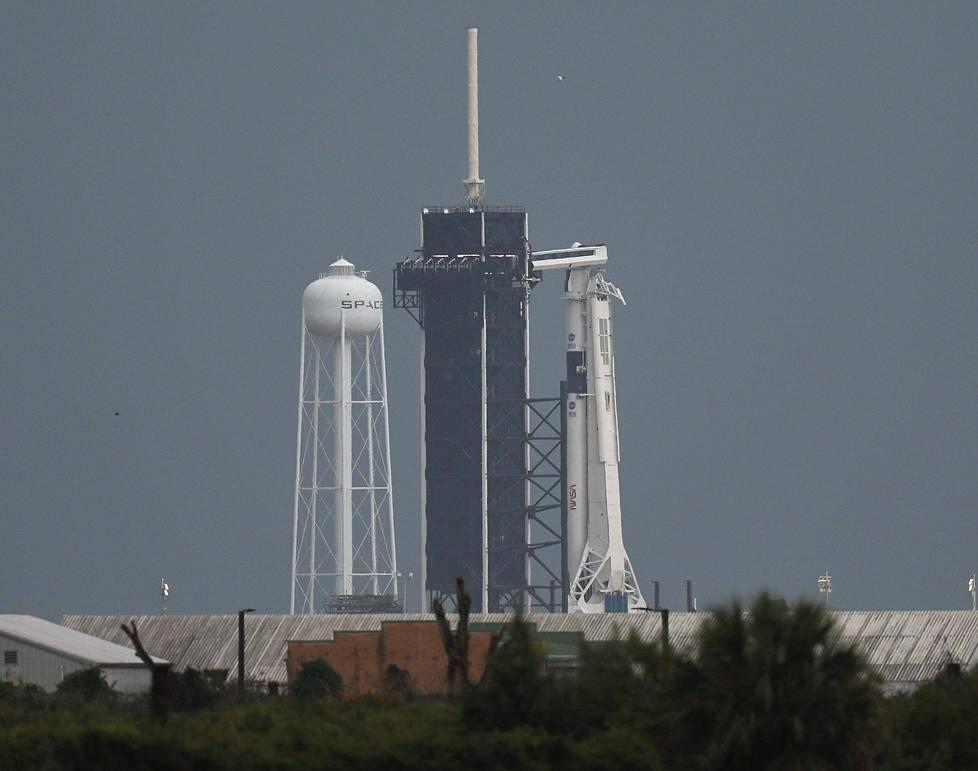 Sää näytti uhkaavalta varhain keskiviikkoaamuna paikallista aikaa Kennedy Space Centerin lähellä Cape Canaveralissa Floridassa. Oikealla näkyy kantoraketti Falcon 9.