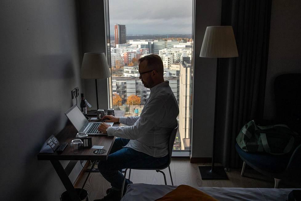 Matkustajia koronaepidemian takia menettäneet hotellit vuokraavat nyt huoneita etätyöläisille päiväksi. HS:n toimittaja Joonas Turunen kokeili työskentelemistä kolmessa hotellissa. Kuva on Jätkäsaaren Clarion-hotellista.