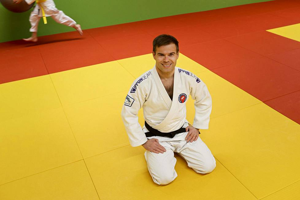 Judotuomari Veli-Matti Karinkanta istui tatamilla Ideaparkin judosalissa.