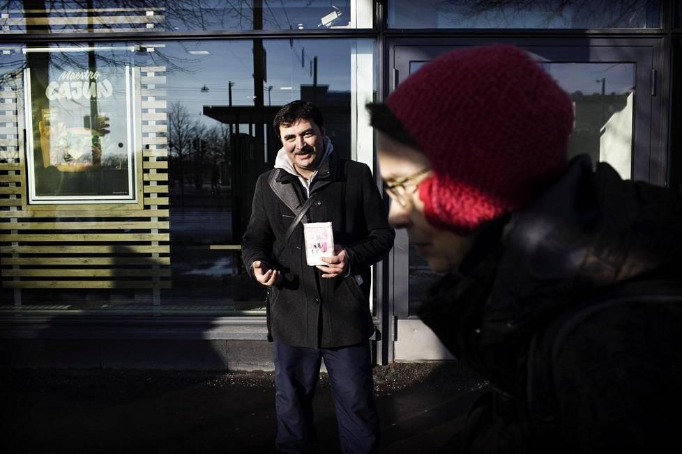 Mihaita tuli vaimonsa kanssa Suomeen, koska Romaniassa ei ollut töitä. Perjantaina hän kerjäsi Helsingin Hakaniemessä.