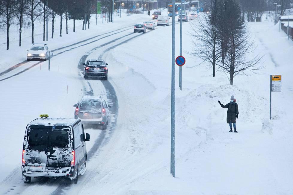 Matkustaja odotti bussia Asolanväylän varrella Itä-Vantaalla keskiviikkona