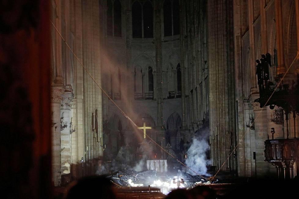 Notre Damen alttarin ympärillä nousi savua tiistaina.