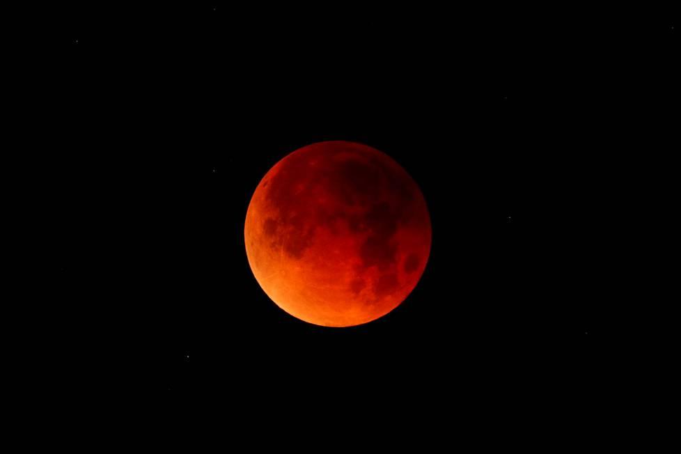Ruosteenpunainen Kuu kielii siitä, että se on Maan täysvarjossa.