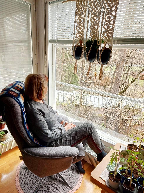 """""""Näen elämää ulkona, erityisesti lintuja"""", nainen kuvailee olohuoneessa sijaitsevaa lempipaikkaansa."""