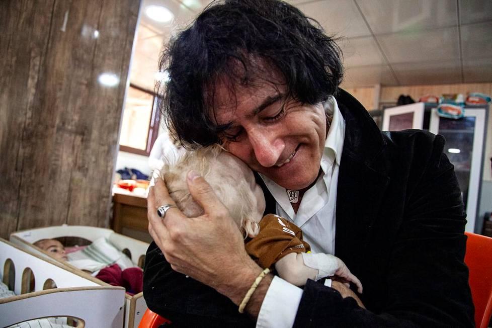Patricio Galvez haki omin rahoin lapsenlapsensa al-Holin leiriltä. Tapaus uutisoitiin laajasti medioissa ympäri maailmaa.