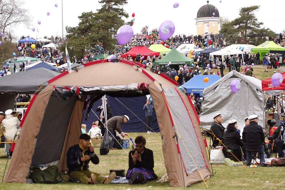 Vuonna 2014 tuhannet juhlijat viettivät vappupäivää koleassa säässä Kaivopuistossa.
