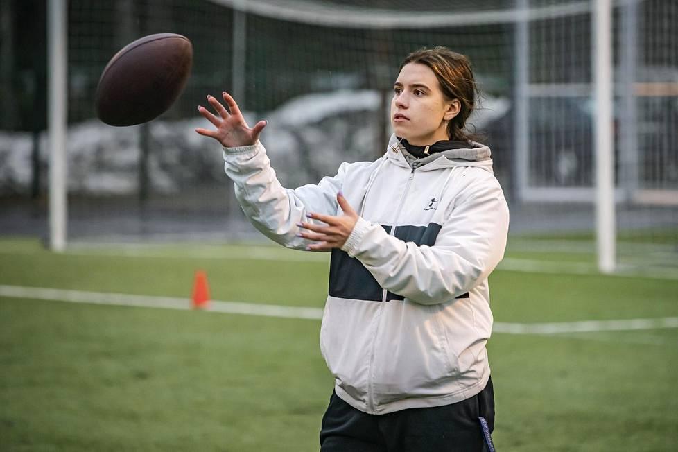 Nana Olavuo on voittanut pelaajana EM-kultaa sekä Suomen ja Ruotsin mestaruudet. Nyt hän on osa Wasa Royalsin miesten Vaahteraliiga-joukkueen valmennustiimiä.