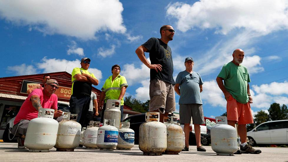Customers line up to buy propane at Socastee Hardware store, ahead of the arrival of Hurricane Florence in Myrtle Beach, South Carolina, U.S. September 10, 2018.