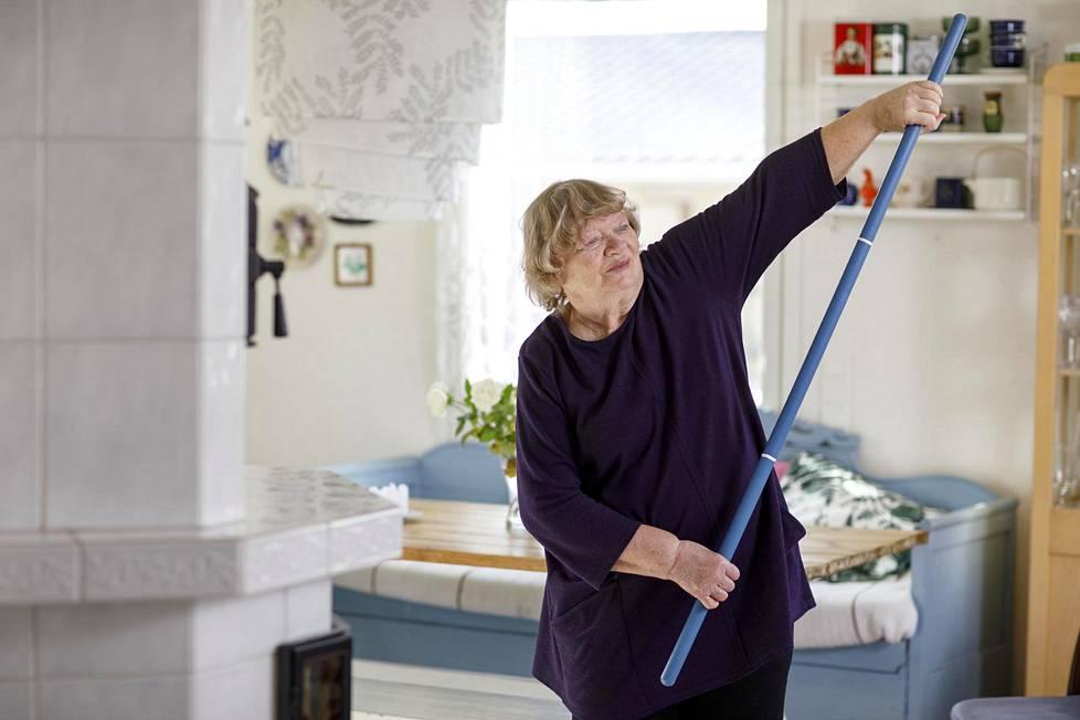 Eristäytyneenä oleva 75-vuotias Taina Hämäläinen jumppaa kotonaan Muuramessa.