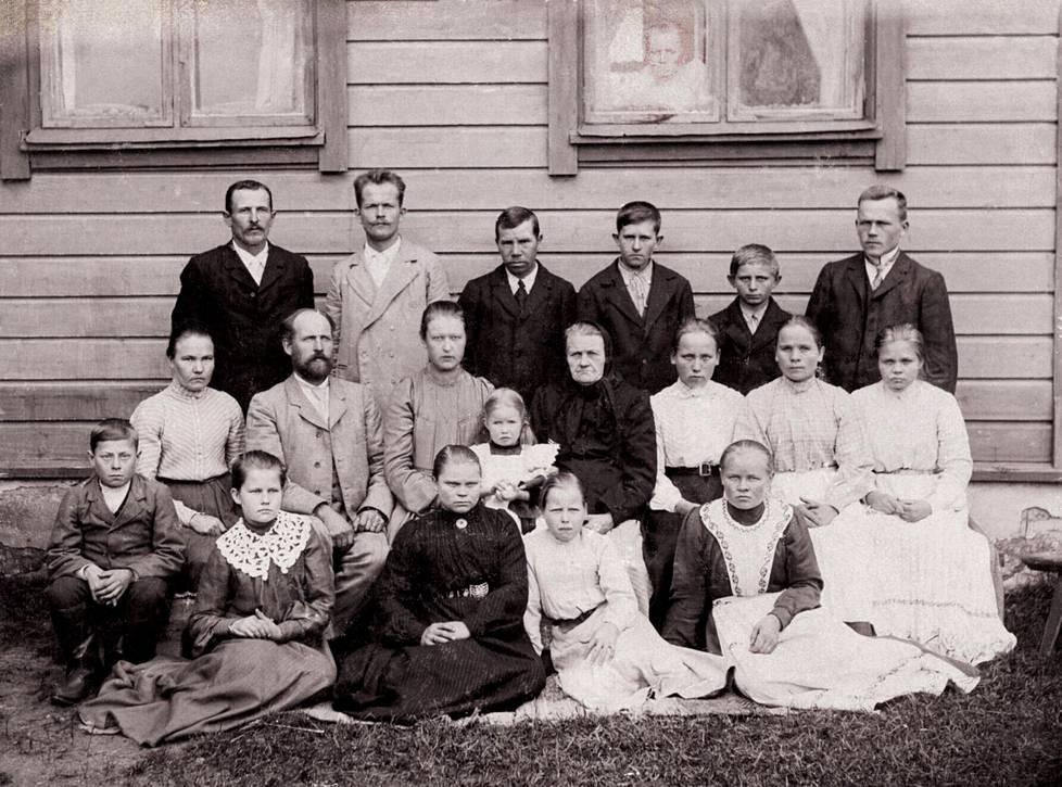 Monisukupolvinen suomalainen perhe viime vuosisadan alussa. Kuva Human Life History Group -tutkimusryhmän kokoelmasta.