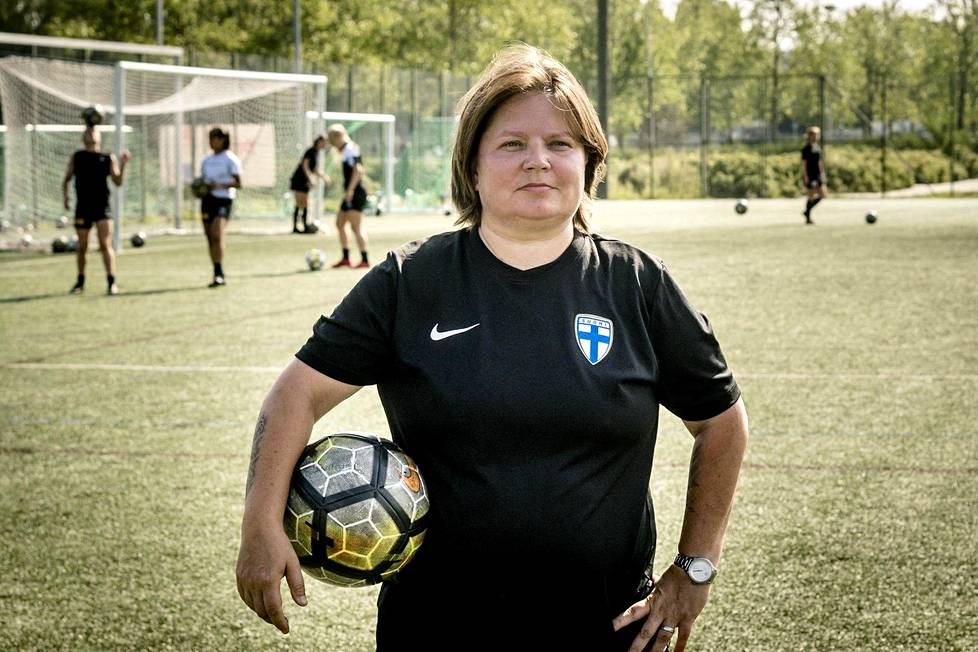 Marianne Miettinen Tikkurilan urheilupuistossa, josta hänen valmennusuransa alkoi.