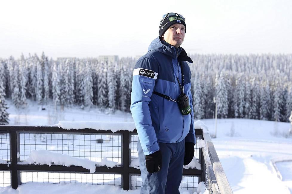 Suomen yhdistetyn maajoukkueen päävalmentaja Petter Kukkonen seurasi Puijolla joukkueen valmistautumista Obersdorfin MM-kisoihin.