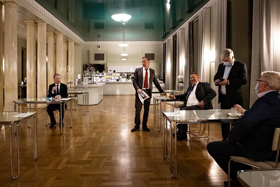 Perussuomalaisten kansanedustajat tauolla Eduskuntatalon kahvilassa puoli kahdentoista aikaan illalla. Kahvila on auki yöistuntojen aikana. Vasemmalta Jussi Halla-aho, Mika Niikko, Juha Mäenpää, Toimi Kankaanniemi ja Veikko Vallin.