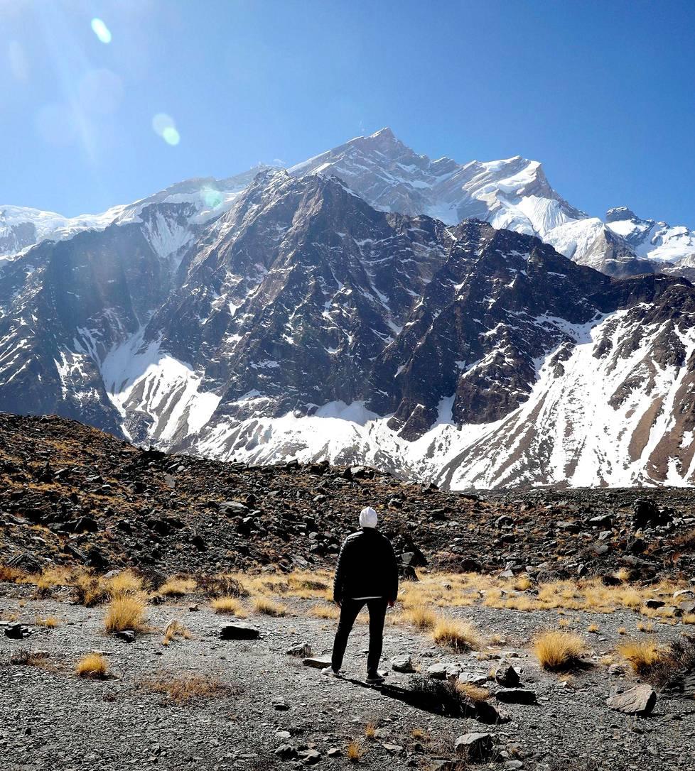Erja Ström katseli Annapurnan huippua 4200 metrin korkeudessa vuorikiipeilijöiden perusleirissä.