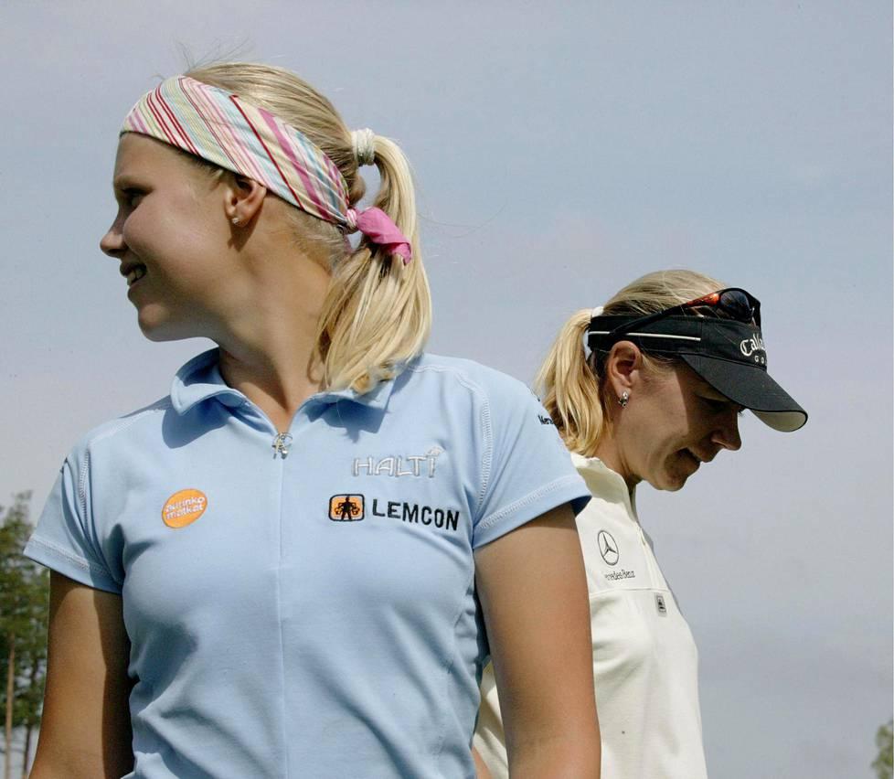 Minea Blomqvist ystävänsä ja esikuvansa Annika Sörenstamin kanssa Kullon golfkentällä Porvoossa elokuussa 2004.